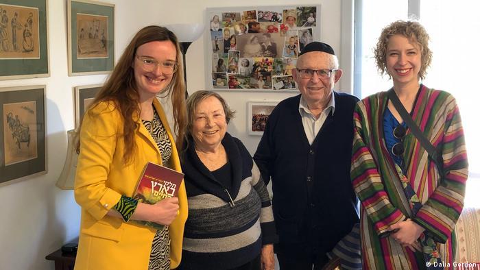 Natalia Romik con Abraham Carmi y su familia, en Israel.
